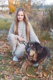 Recht blondes Mädchen mit Mastiff auf der Natur Stockfotografie