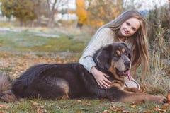 Recht blondes Mädchen mit Mastiff auf der Natur Lizenzfreie Stockbilder
