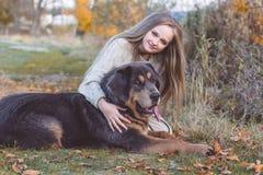 Recht blondes Mädchen mit Mastiff auf der Natur Stockbilder