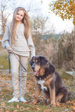 Recht blondes Mädchen mit Mastiff auf der Natur Lizenzfreie Stockfotografie