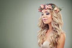 Recht blondes Mädchen mit perfektem Make-up, Blumen Lizenzfreie Stockfotos