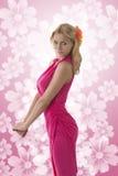 Recht blondes Mädchen mit rosa Kleid im Profil Stockfotos