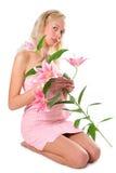 Recht blondes Mädchen mit rosafarbener Lilie Stockfotos
