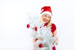 Recht blondes Mädchen mit Weihnachtsbaum Stockfoto