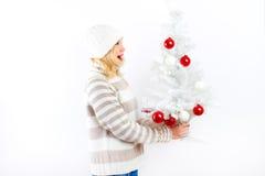 Recht blondes Mädchen mit Weihnachtsbaum Stockfotos