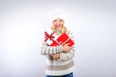 Recht blondes Mädchen mit Weihnachtsgeschenk Stockfotos
