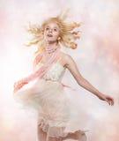 Recht blondes Mädchen mit wellenartig bewegendem Haarbetrieb Stockbild