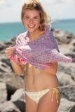 Recht blondes Mädchen am Strand Stockfotografie