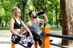 Recht blondes Mädchen und bärtiger Mann, die nach Training trainin stillsteht Lizenzfreies Stockfoto