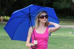 Recht blondes Mädchen und Regenschirm lizenzfreies stockfoto