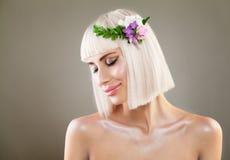 Recht blondes Mädchenlächeln Nettes Mode-Modell mit Bob Hair Lizenzfreies Stockbild