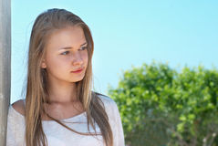 Recht blondes Mädchen draußen Lizenzfreies Stockfoto