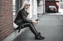 Recht blondes Modell, das draußen in den sunglsses aufwirft Lizenzfreie Stockfotografie