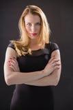 Recht blondes Modell, das mit den Armen gekreuzt aufwirft Stockfoto