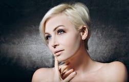 Recht blondes Porträt auf dem Schwarzen Lizenzfreie Stockfotos
