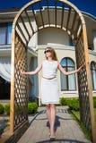 Recht blondes tragendes weißes Kleid Lizenzfreie Stockfotos