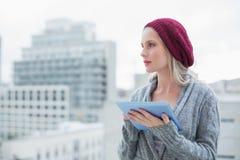 Recht blondes unter Verwendung des Tabletten-PC draußen denken Lizenzfreie Stockbilder