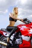 Recht Blondine auf einem Motorrad Stockbilder