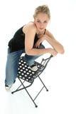 Recht Blondine auf Stuhl Stockfoto