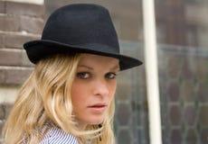 Recht Blondine in einem schwarzen Hut Stockfoto