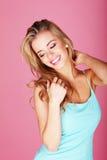 Recht Blondine im blauen Sommer-Kleid Stockfoto