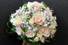 Recht Brautblumenstrauß mit frischen Rosen Stockbilder