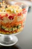 Recht bunter überlagerter Salat in einer Glaskleinigkeits-Schüssel Stockbilder
