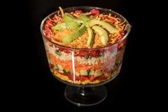 Recht bunter überlagerter Salat in einer Glaskleinigkeits-Schüssel Lizenzfreie Stockfotos