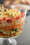 Recht bunter überlagerter Salat in einer Glaskleinigkeits-Schüssel Lizenzfreie Stockfotografie