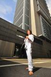 Recht chinesische Frau in der Karateposition auf Straße Lizenzfreies Stockbild