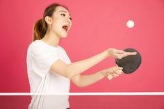 Recht chinesisches Mädchen, das Klingeln pong spielt stockfoto