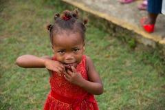 Recht dominikanisches Mädchen in einer kleinen Stadt von Dr stockfoto