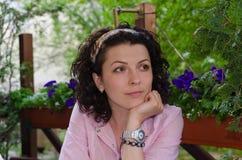 Recht durchdachte Frau im Garten stockfotografie
