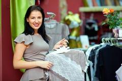 Recht elegante Frau im Bekleidungsgeschäft lizenzfreie stockfotos