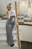 Recht elegantes blondes auf Treppe Stockfoto