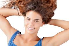 Recht entspannte Frau mit dem langen Haar auf dem Boden Stockfoto