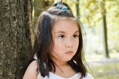 Recht ernstes lateinisches Kind Lizenzfreie Stockfotografie