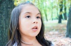 Recht ernstes lateinisches Kind Stockfoto