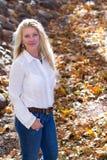 Recht fällige Frau in der Natur Lizenzfreie Stockbilder