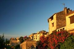 Recht französisches Dorf mit hellem Bouganvilla Stockbild