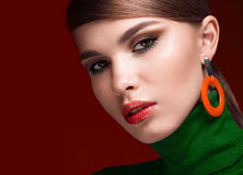 Recht frisches Mädchen, modernes Bild von modernem Twiggy mit den ungewöhnlichen Wimpern und helles Zubehör lizenzfreie stockfotografie