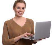 Recht glückliche Frauengebrauchs-Laptop-Computer Getrennt Stockfotografie