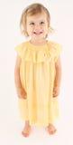 Recht glückliches Kleinkindmädchen, das langes Kleid trägt stockfoto