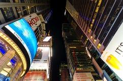 Recht het kijken omhoog van het centrum van Times Square in Eveni Royalty-vrije Stock Fotografie