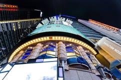 Recht het kijken omhoog van het centrum van Times Square in Eveni Stock Foto's