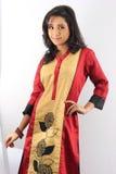 Recht indisches weibliches vorbildliches Mädchen, das ein traditionelles kurti trägt Lizenzfreie Stockfotos