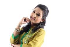 Recht indisches weibliches vorbildliches Mädchen, das ein traditionelles kurti trägt Stockbild
