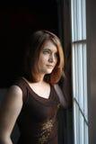 Recht jugendlich durch das Fenster; Portrait der natürlichen Leuchte lizenzfreie stockfotografie