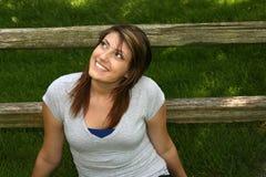 Recht jugendlich Mädchen, das draußen lächelt Stockbild
