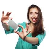Recht jugendlich Mädchen, das selfies nimmt Stockbild